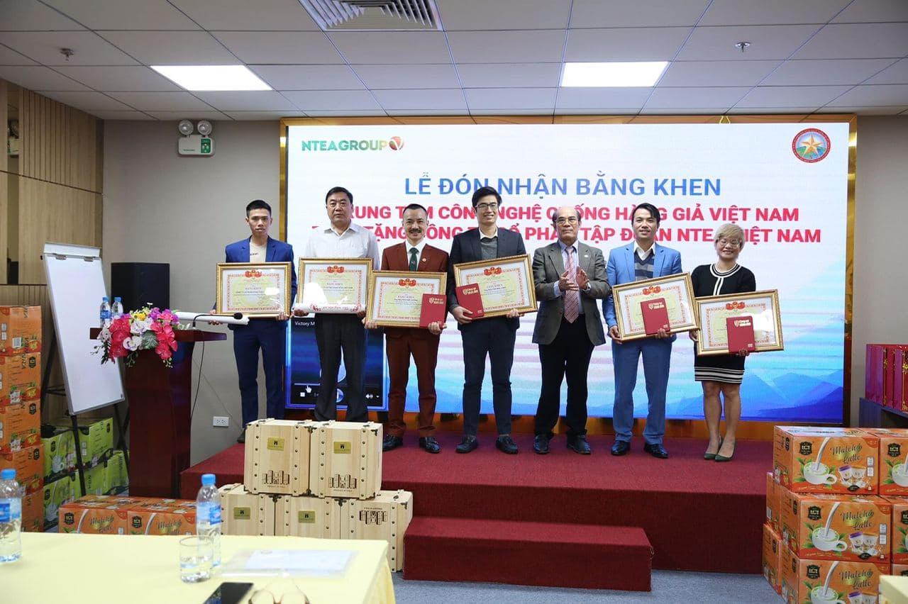 Ntea đón nhận bằng khen của trung tâm công nghệ chống hàng giả Việt Nam