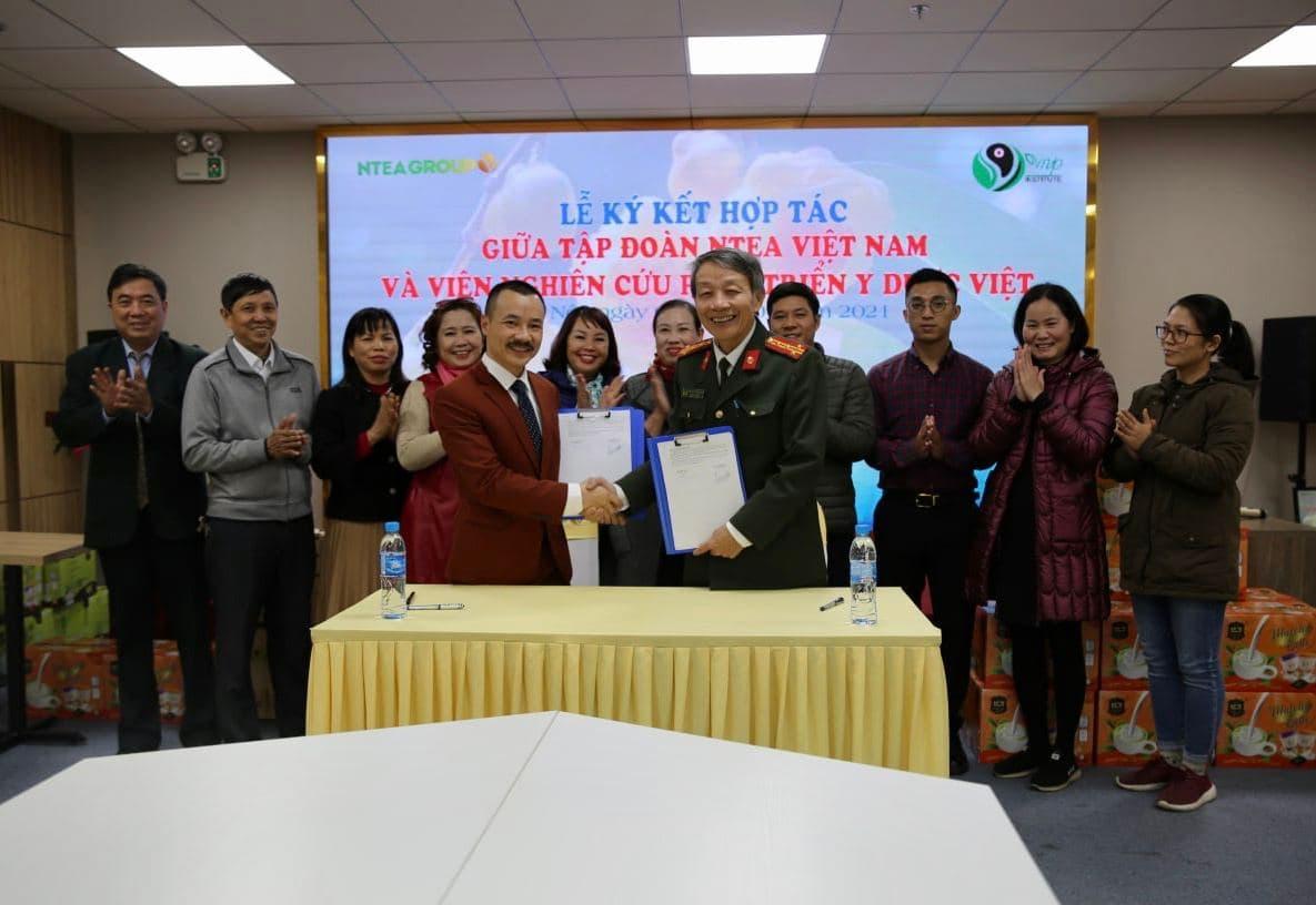 Tập đoàn ntea và viện nghiên cứu phát triển y dược Việt cùng nhau ký kết biên bản hợp tác.